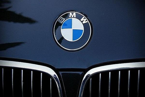 Logo BMW gắn với màu xanh lá cờ